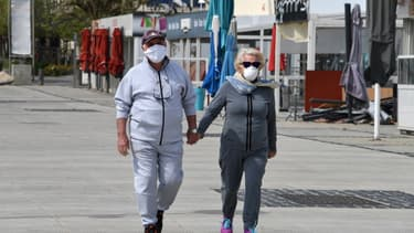 Un couple masqué à La Grande-Motte, le 12 avril 2020.