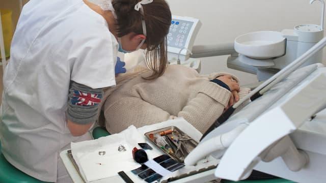 Les dentistes sont appelés à fermer leurs cabinets lundi 27 novembre. (image d'illustration)