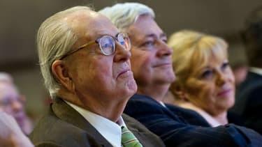 De gauche à droite, Jean-Marie Le Pen, Bruno Gollnisch et Marie-Christine Arnautu, lors de la campagne des régionales en 2010.