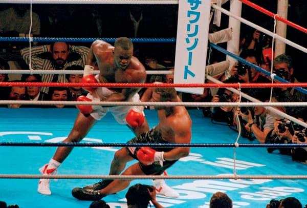 """James """"Buster"""" Douglas envoie Mike Tyson au sol pour la première fois de sa carrière professionnelle"""