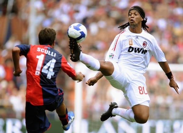 Ronaldinho (à droite) sous le maillot du Milan AC en 2008