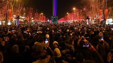 Une foule rassemblée pour le feu d'artifices du 31 décembre 2019 sur les Champs- Élysées (photo d'illustration)