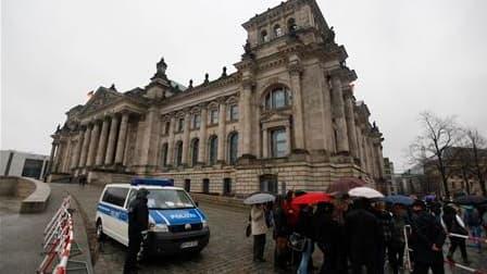 Le parlement allemand a été partiellement fermé aux touristes lundi en raison d'informations faisant état d'une menace d'attaque qu'auraient fomentée des islamistes contre le bâtiment situé dans le centre de Berlin. /Photo prise le 22 novembre 2010/REUTER