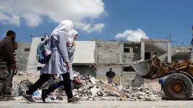 Des écolières palestiniennes dans Gaza détruit, en avril 2015. (Illustration)