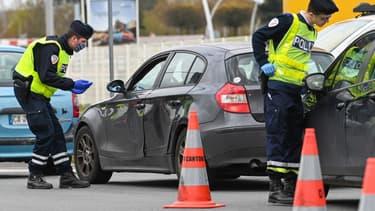 Des policiers français en train de contrôler des automobilistes près de Lille le 3 avril dernier.