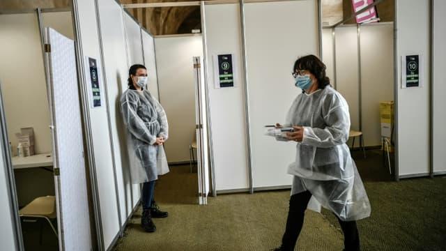 Des personnels médicaux dans un centre de vaccination à l'Orangerie de Versailles, le 29 mai 2021.