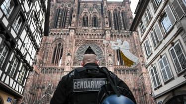 Un gendarme devant cathédrale Notre-Dame de Strasbourg