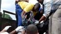 """Des habitants de Zanzibar aidant au transport de victimes du naufrage d'un ferry qui assurait la liaison entre Zanzibar et l'île de Pemba. Au moins 192 personnes ont été tuées et 606 autres ont pu être secourues mais """"il est possible que des corps se trou"""