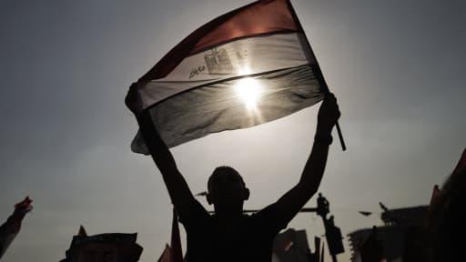 Un manifestant agite son drapeau, lundi 1er juillet, place Tahrir, après l'annonce de l'ultimatum de l'armée au président Morsi.