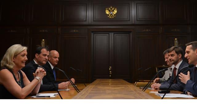 Marine Le Pen reçue par le président de la Douma, Sergueï Narychkine, un proche de Vladimir Poutine, en juin 2013.