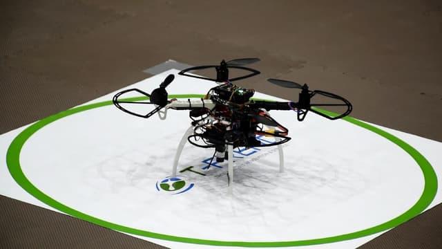 Le drone fait des rondes de manière autonome et diffuse de la musique pour déconcentrer les travailleurs restés tard au travail.