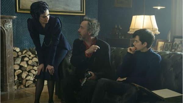 """Tim Burton entouré de Eva Green et Asa Butterfield sur le plateau de """"Miss Peregrine et les enfants particuliers"""""""