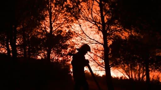 Des pompiers luttent contre un incendie, à Carnoux-en-Provence, près d'Aubagne, le 19 août 2017