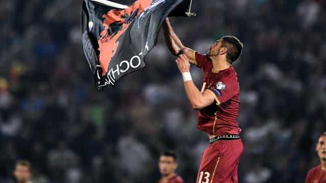 En arrachant le drapeau, Stefan Mitrovic a provoqué la colère des joueurs albanais