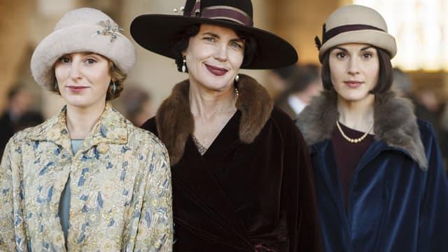 """Laura Carmichael (Lady Edith), Elizabeth McGobvern (Lady Cora) et Michelle Dockery (Lady Mary) dans """"Downton Abbey""""."""