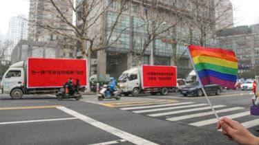 """Trois camions affichant des slogans contre les traitements censés """"guérir"""" les gays de leurs orientations sexuelles, le 14 janvier 2019 à Nankin en Chine."""