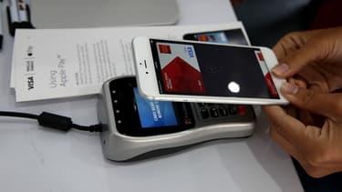 Apple négocie par ailleurs avec six grandes banques canadiennes en vue d'un potentiel lancement de ce service au Canada en novembre.