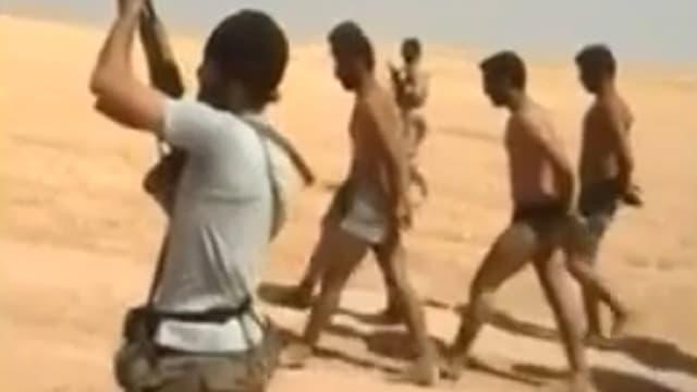 Une image tirée d'une vidéo mise en ligne sur Youtube le 28 août montre des hommes en sous-vêtements marchant pieds nus dans le désert. Cette même vidéo montre ces hommes, présentés comme des soldats syriens, être exécutés par des membres de l'EI.