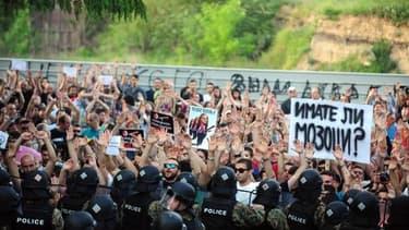 Des manifestants à Skopje devant le ministère des Affaires étrangères demandant la démission du Premier ministre, le 8 mai 2015