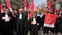 Plusieurs milliers de magistrats et d'acteurs du système judiciaire manifestent à Paris pour demander un plan d'urgence afin de remettre à flot un système miné par un manque de moyens. /Photo prise le 29 mars 2011/REUTERS/Philippe Wojazer