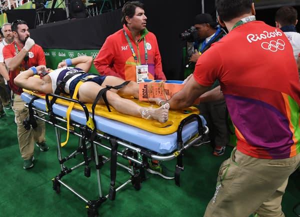 Samir Aït Saïd sur la civière après sa terrible blessure aux Jeux de Rio