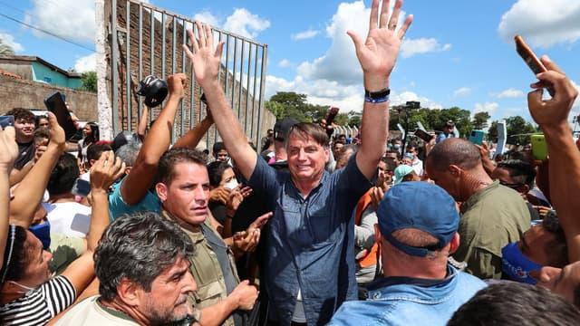 Le président brésilien Jair Bolsonaro va devoir payer une amende à cause d'un bain de foule sans masque en pleine pandémie de Covid-19 au Maranhao.