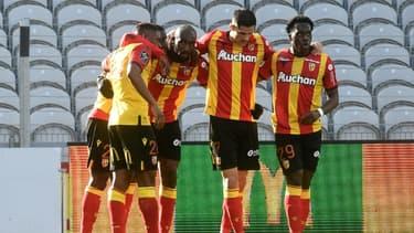 Le milieu de terrain de Lens, Seko Fofana (2e g), est félicité par ses coéquipiera après son but marqué contre Dijon, lors du match de L1 à domicile, le 21 février 2021 au stade Bollaert