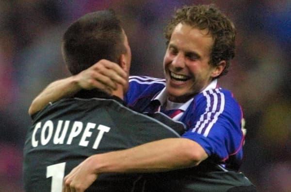 Patrick Müller (de face) félicité par Grégory Coupet après son but décisif en finale de la Coupe de la Ligue 2001