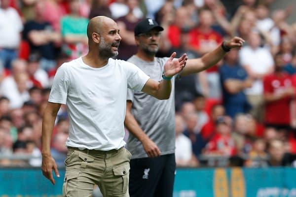 Pep Guardiola (au premier plan) et Jürgen Klopp, deux entraîneurs qui ont fait bouger les lignes en Premier League, lors du Community Shield 2019