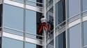 """Le Français Alain Robert a escaladé lundi le plus haut gratte-ciel au monde, la tour Burj Khalifa à Dubaï, qui mesure 828 mètres de haut. Agé de 48 ans, le """"Spiderman"""" français a mis six heures pour parvenir au sommet de cet immeuble de plus de 160 étages"""