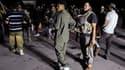 """Partisans de Mouammar Kadhafi rassemblés devant Bab al Aziziah, le complexe du """"guide"""" libyen. L'incertitude persiste mardi sur le sort de Mouammar Kadhafi mais l'arrivée des insurgés à Tripoli au cours du week-end a d'ores et déjà conduit la communauté i"""
