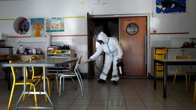 Un technicien désinfecte une école à Cannes dans le cadre de la lutte contre le covid-19 le 10 avril 2020 (photo d'illustration)