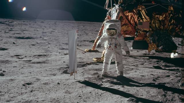 Buzz Aldrin en train de déployer le matériel scientifique de la Nasa, le 21 juillet 1969 sur la Lune.