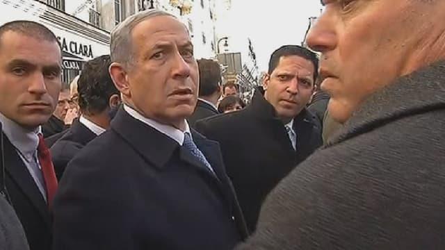 Le Premier ministre israélien, Benjamin Netanyahu, semblait plutôt agacé de devoir attendre le bus, dimanche, avant de pouvoir rejoindre la grande marche républicaine à Paris.