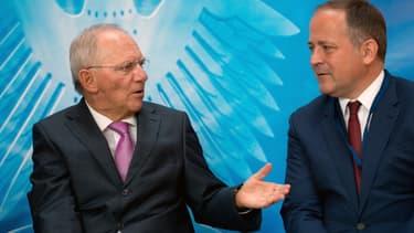 Pour Benoit Coeuré (à  droite), la BCE prend en compte l'évolution du taux de change dans ses actions.