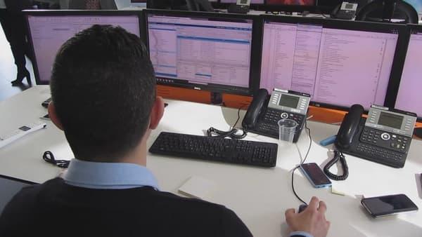Un superviseur scrutant ses écrans.