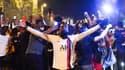 Des supporters avec le maillot du PSG devant le Parc des Princes, le 18 août 2020