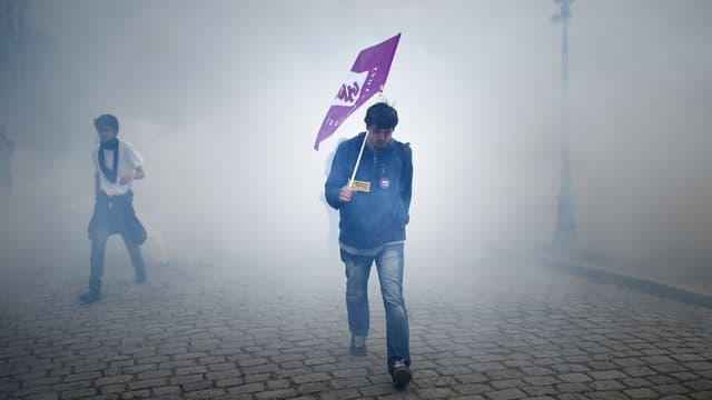 Un manifestant au milieu des gaz lacrymogènes le 19 mai à Nantes lors d'une journée de mobilisation contre la loi Travail.