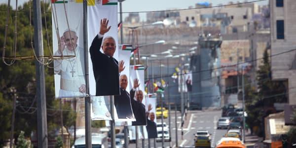 Des affiches à l'effigie du pape François et du président de l'Autorité palestinienne Mahmoud Abbas, à Bethléem, le 23 mai, deux jours avant l'arrivée du souverain pontife.