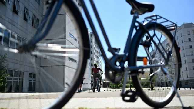 Une femme apprend à faire du vélo à Rennes en juin 2020, grâce à des cours gratuits