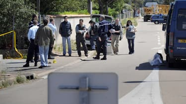 Des enquêteurs le 23 avril 2008 à l'entrée d'une concession automobile de Porto-Vecchio, où a été assasiné Richard Casanova - Stephan Agostini - AFP