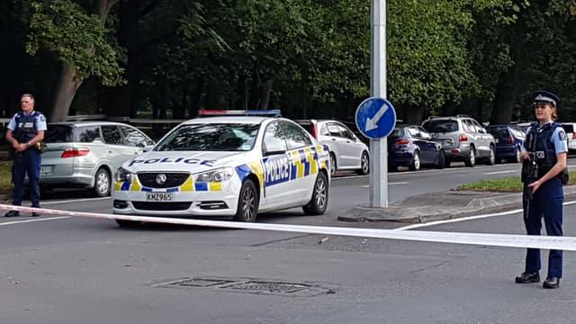 La police néo-zélandaise près de l'une des mosquées visées.