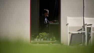 Une femme en télétravail, le 14 mai 2020 à Vertou, près de Nantes