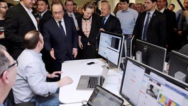 Cédric Siré, François Hollande, Axelle Lemaire, Marc Ladreit de la Charrière et Guillaume Multrier chez Webedia en mars 2015