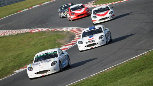 Une course du championnat Ginetta Junior sur le circuit de Brands Hatch, en avril 2012.