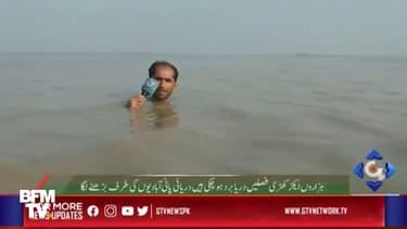 Pour montrer l'ampleur des inondations, un journaliste pakistanais fait son direct avec de l'eau jusqu'au cou