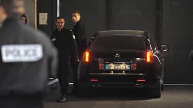 La voiture transportant Eric Woerth à son arrivée mercredi matin au palais de justice de Bordeaux pour être auditionné. L'ancien ministre UMP a été mis en examen mercredi soir pour trafic d'influence passif dans un des volets de l'enquête sur l'héritière
