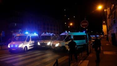 Des camions des forces de l'ordre aux abords de la place de Clichy, mardi soir