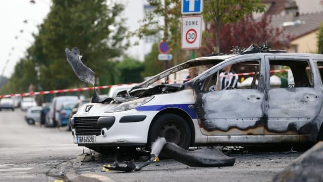 Un véhicule de police brûlé à Viry-Châtillon, le 8 octobre 2016, après qu'il ait été attaqué par un groupe d'individus