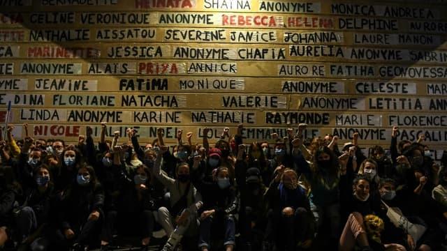 """Des """"colleuses"""" rendent hommage aux femmes tuées en formant avec leurs prénoms un """"mémorial"""" dans le XIe arrondissement de Paris, le 30 août 2020"""